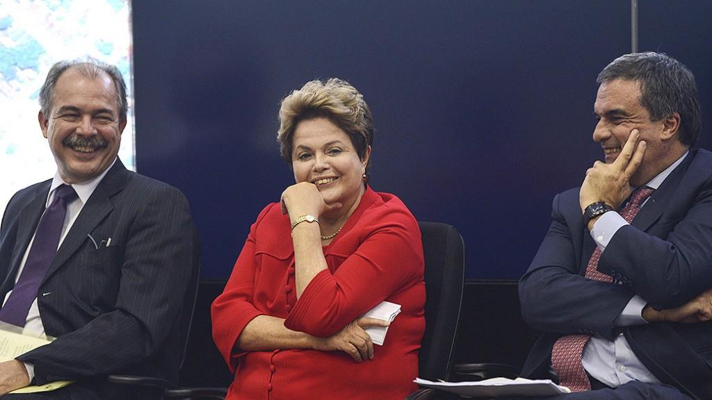 Dilma Rousseff, na entrevista coletiva com ministros convocada nesta segunda-feira (Foto: Fabio Rodrigues Pozzebom/Agência Brasil)